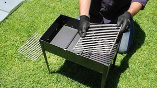 מהקופסה של המנגל אפשר להכין שולחן מעולה ועמיד מגיע עם כפפות שיתנו לידיים לא להיתלכלך