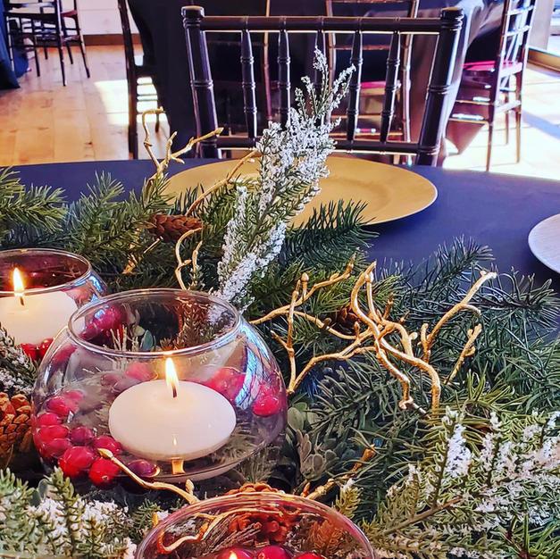 SHORT ROUND VASE (10) WITH CHRISTMAS DECOR GARLAND
