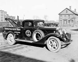 Black-and -white-photo-of-early-1900s-wrecker-car