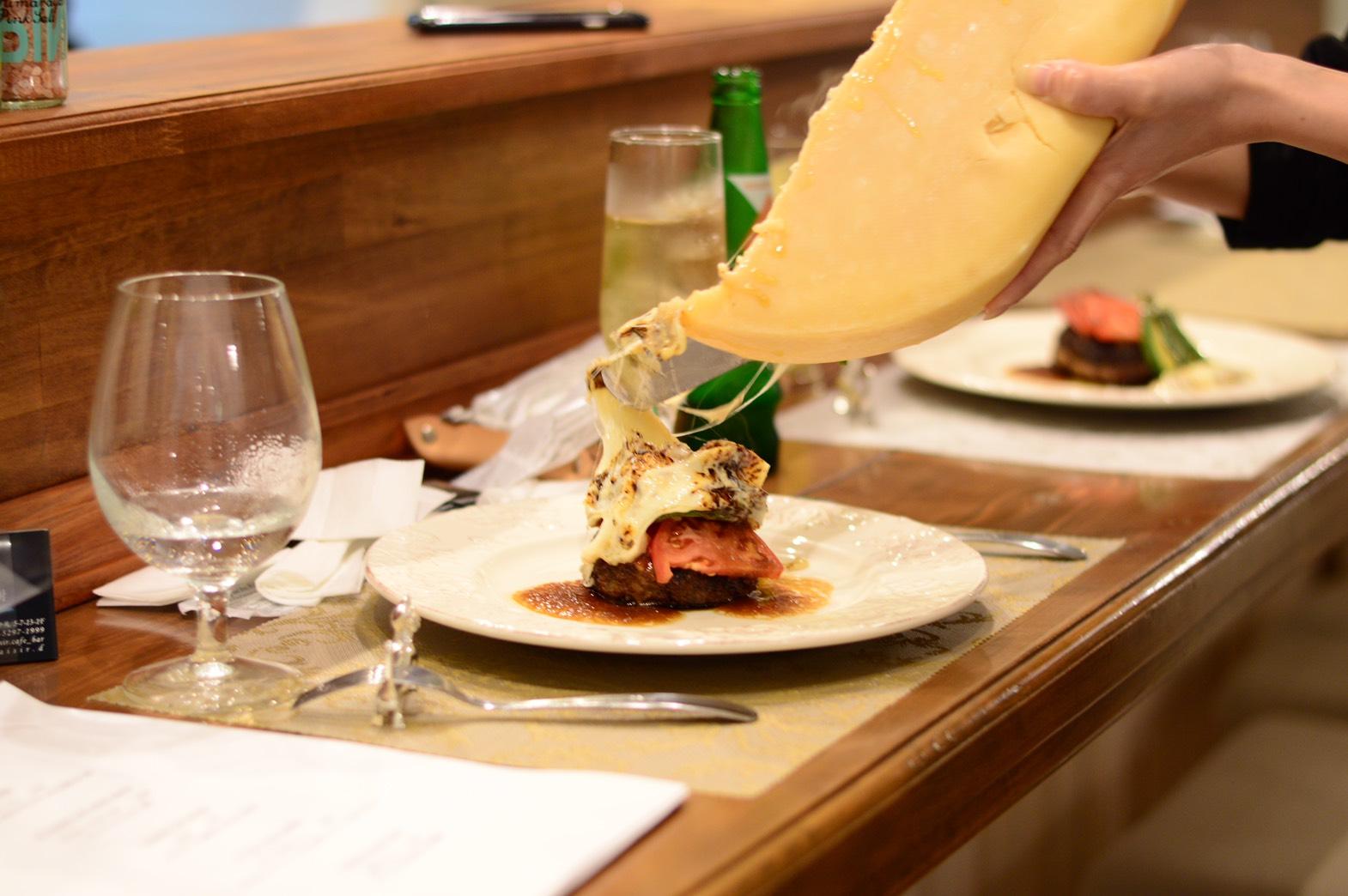 ハンバーグラクレットチーズかけ