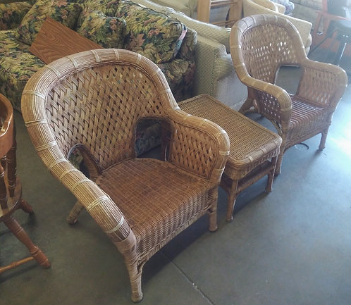 Really nice large wicker chairs and side table; perfect for the lanai!