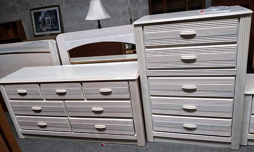 Immaculate queen size bedroom set complete with his and hers dressers!