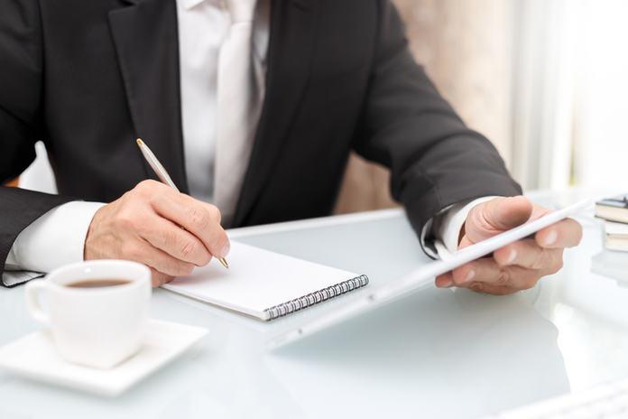 Respete las políticas de viaje de su empresa y mantenga sus facturas organizadas.