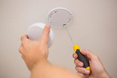 handyman-instalando-detector-de-fumaca_1