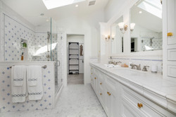 Large Master Bath to Spacious Walk-in