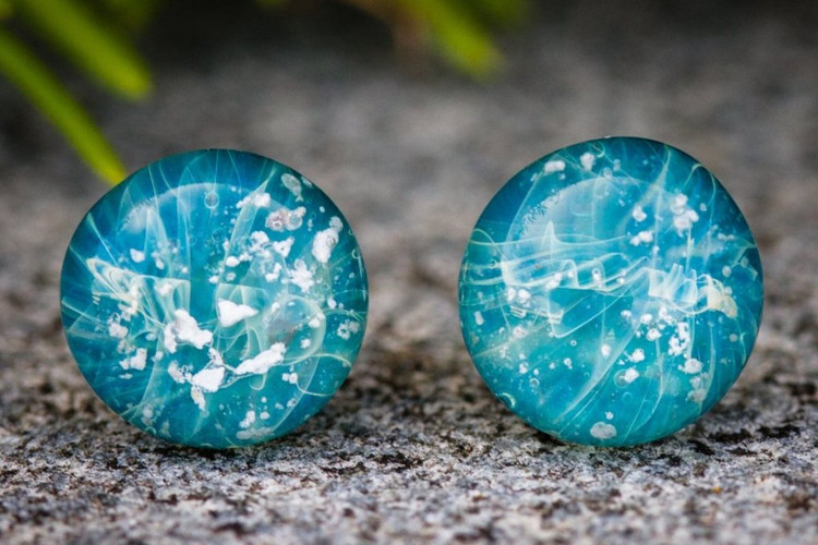 turquoise_memorial_earrings_with_crematiCremation infused pendant | Pendentif infusé de cendre