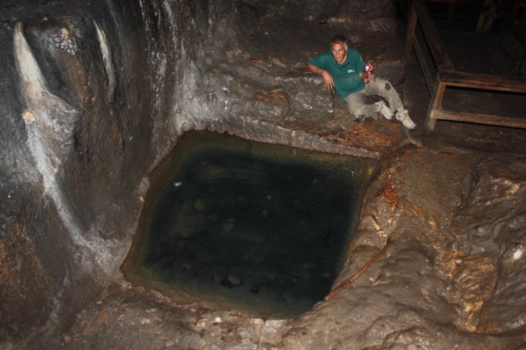 בריכה חצובה בפנים אולם המערה. האגדה מספרת שמי שתשתה ממי הבריכה תלד תאומים