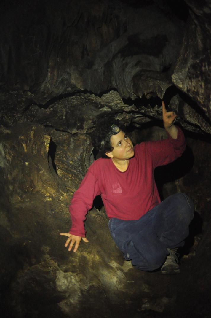 נטיפים פעילים במסדרון הכניסה למערה. הקירות שחורים מפיח