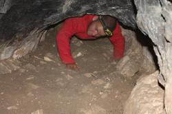 מעבר צר בפנים המערה