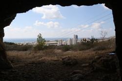 נוף לאזור האיצטדיון מבעד לפתח המערה