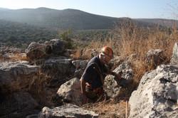 עמוס פרומקין בפתח המערה