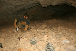 שאריות מזון צבועים שהצטבר בחלל הכניסה למערה