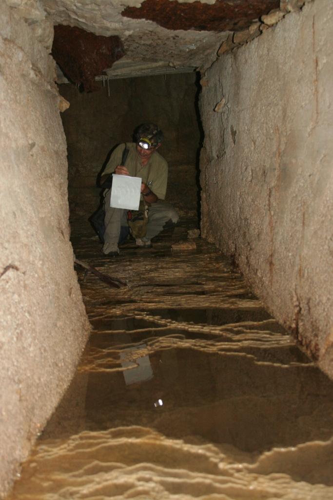 סכרונים ומשטחי זרימה בקרקעית הנקבה