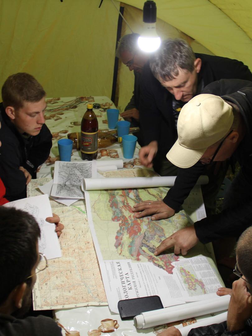 יושבים על המפות במחנה הבסיס.jpg