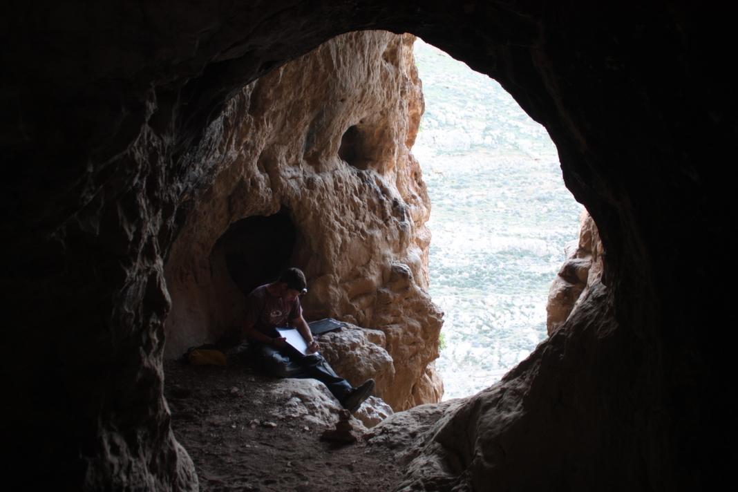 מרפסת טבעית בפתח המערה