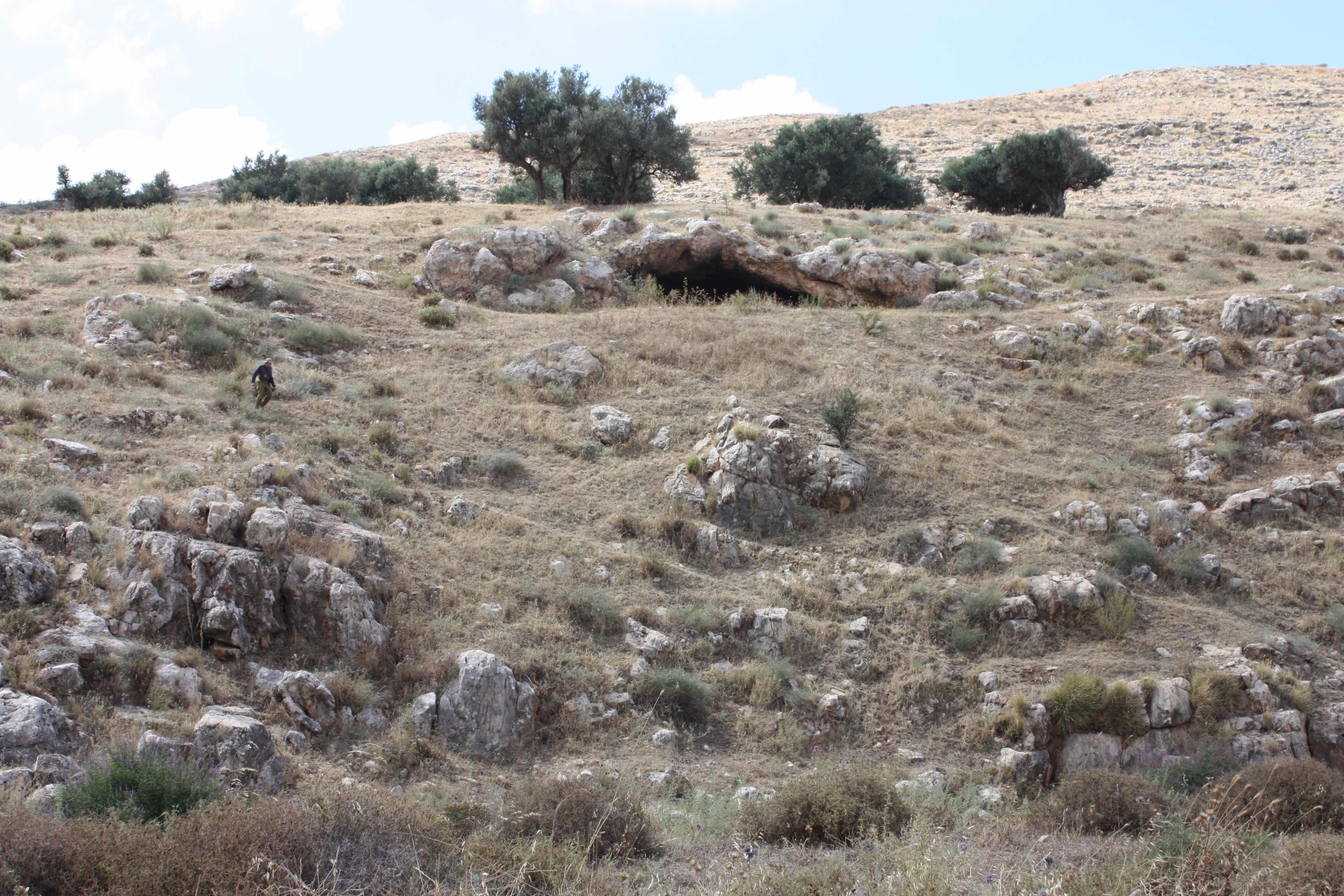 פתח המערה - בולט למרחוק