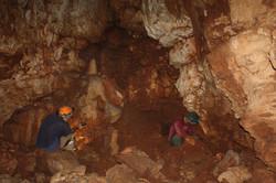 עמוס פרומקין ודביר רביב בחדר צדדי במזרח המערה