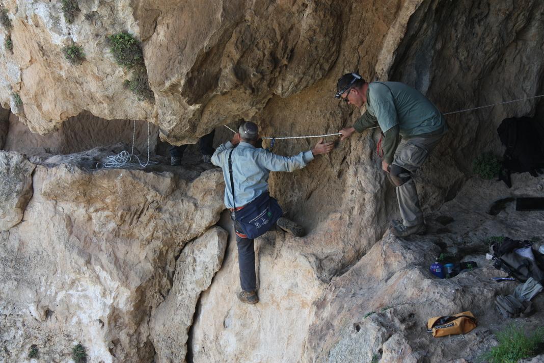 מעבר תלוי בין שני חלקי המערה