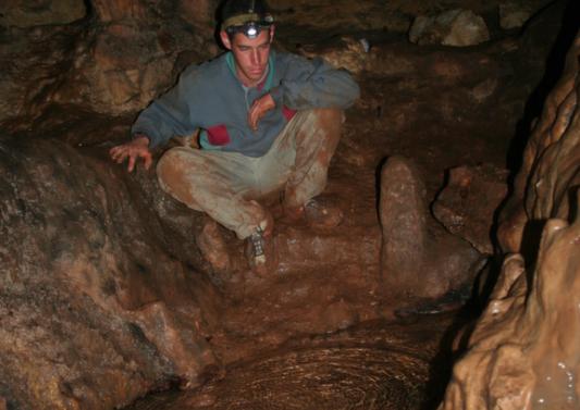 הקיוות מים בין זקיפים בחלקה הפנימי של המערה