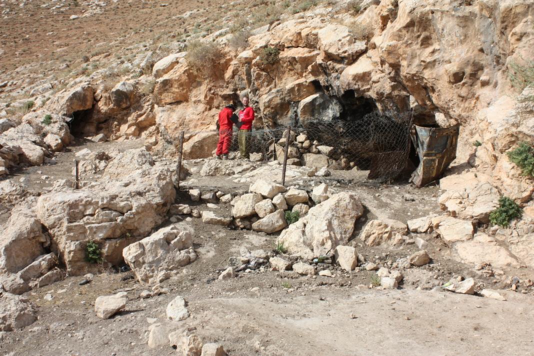 פתח המערה - הגדרות הותקנו במקום כחלק מהשימוש בחלל כדיר עיזים