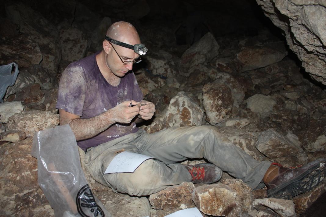 אריזת ממצאים בסקר הארכיאולוגי שבוצע במערה