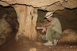עמוד בפנים המערה