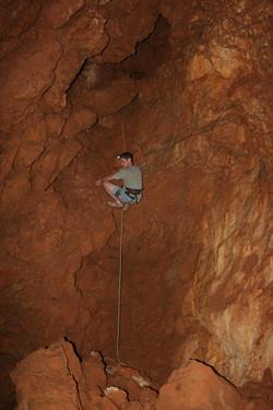 מעבר אל חלקה הפנימי של המערה