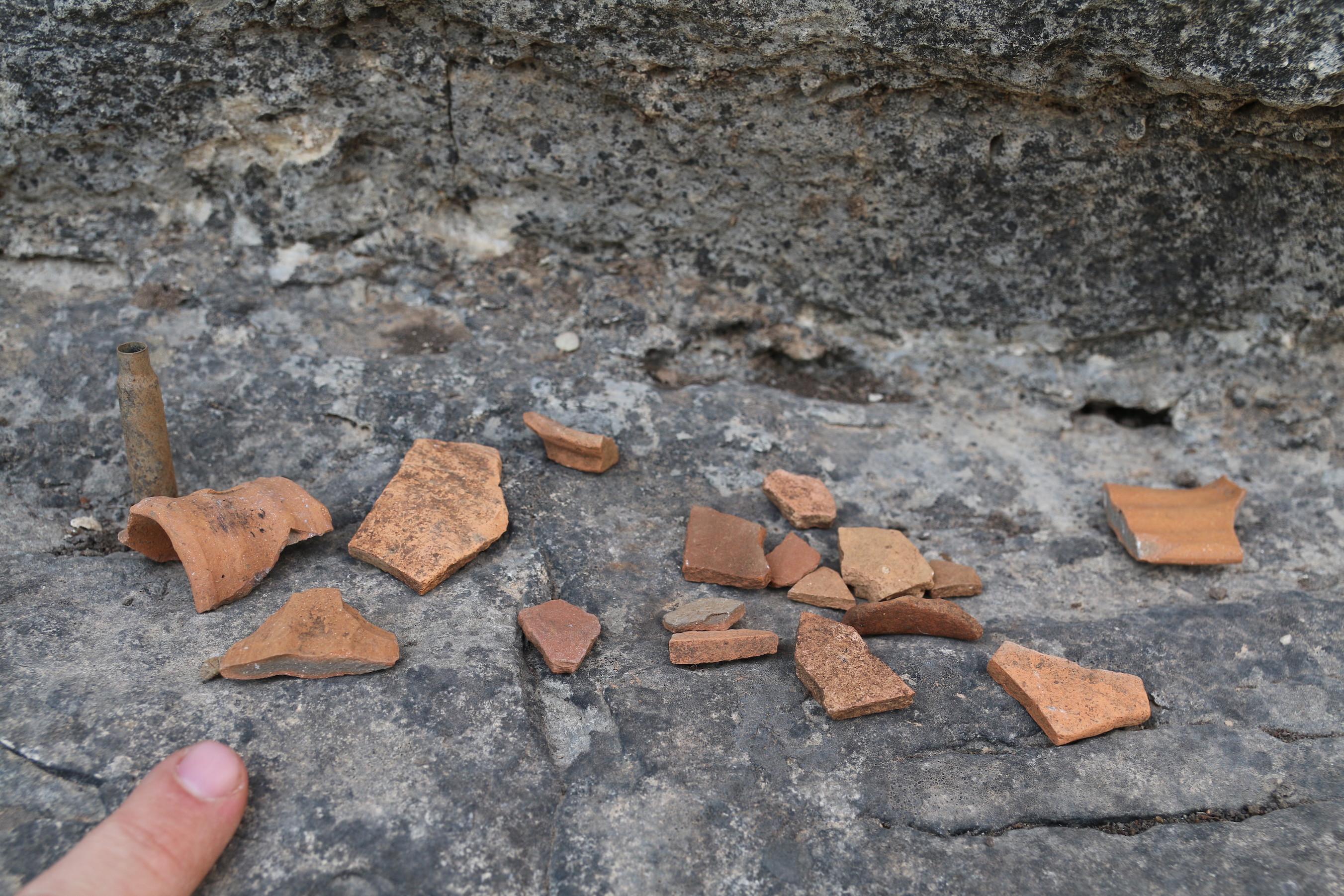 חרסים שנמצאו פזורים בחזית פתח המערה