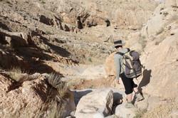 בדרך אל המערה. תצלום מהגדה ממול