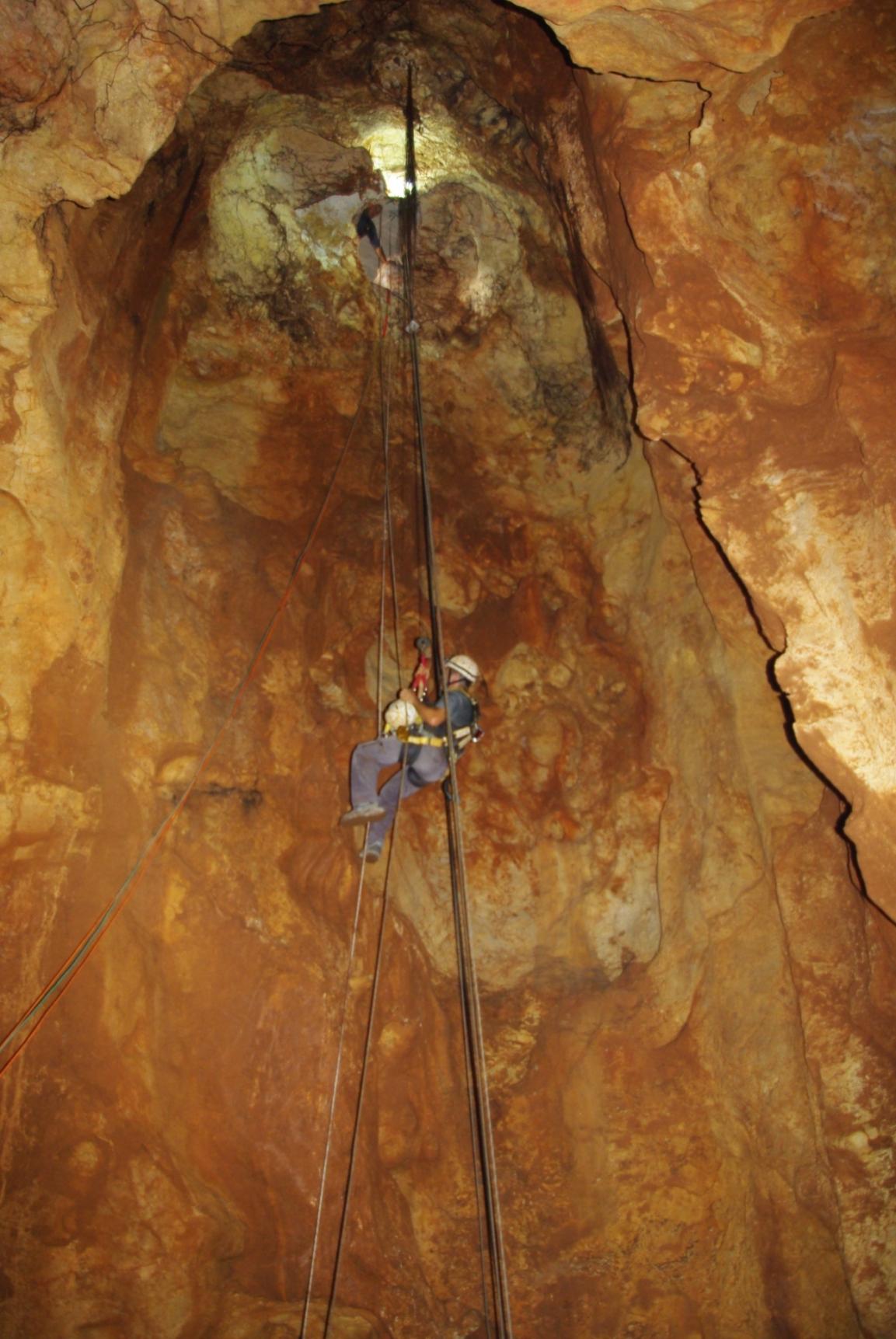 בעונת החפירה הראשונה הכניסה למערה נערכה בעזרת גלישהה