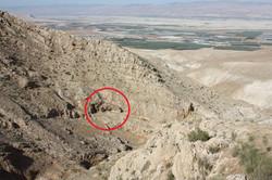 מיקום פתח המערה בדופן הוואדי