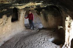 חלקה המזרחי של המערה - חלל טבעי שעוצב בחציבה מוקפדת