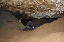 חרוט בטון וערימת חול שהוחדרו למערה