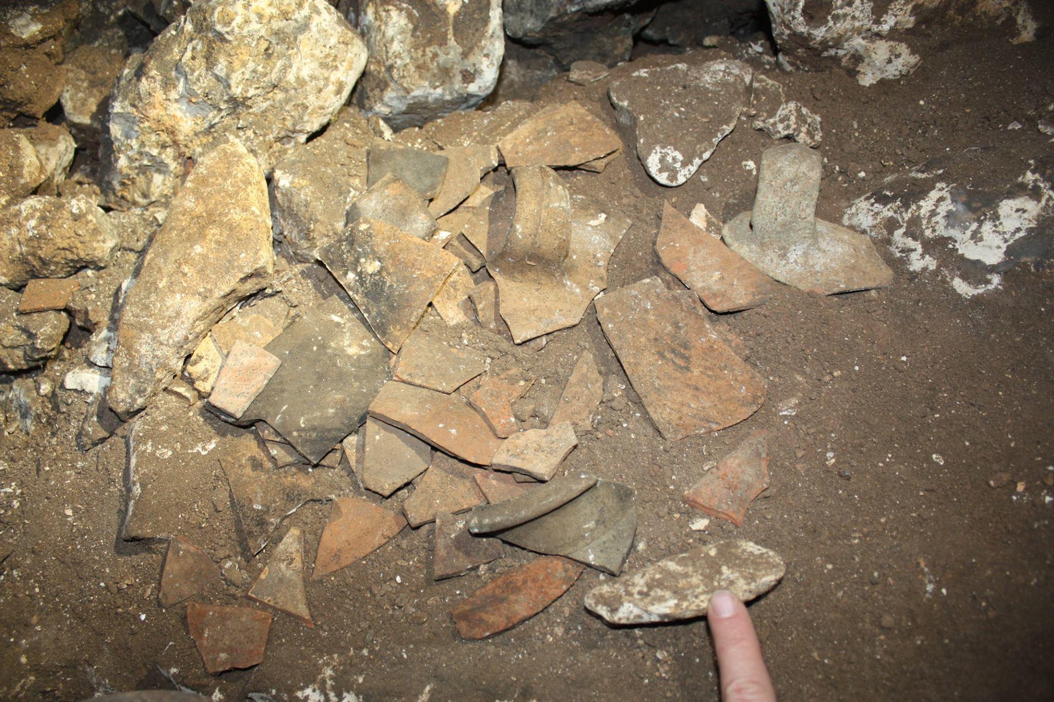 חרסים פזורים בחלקה הפנימי של המערה