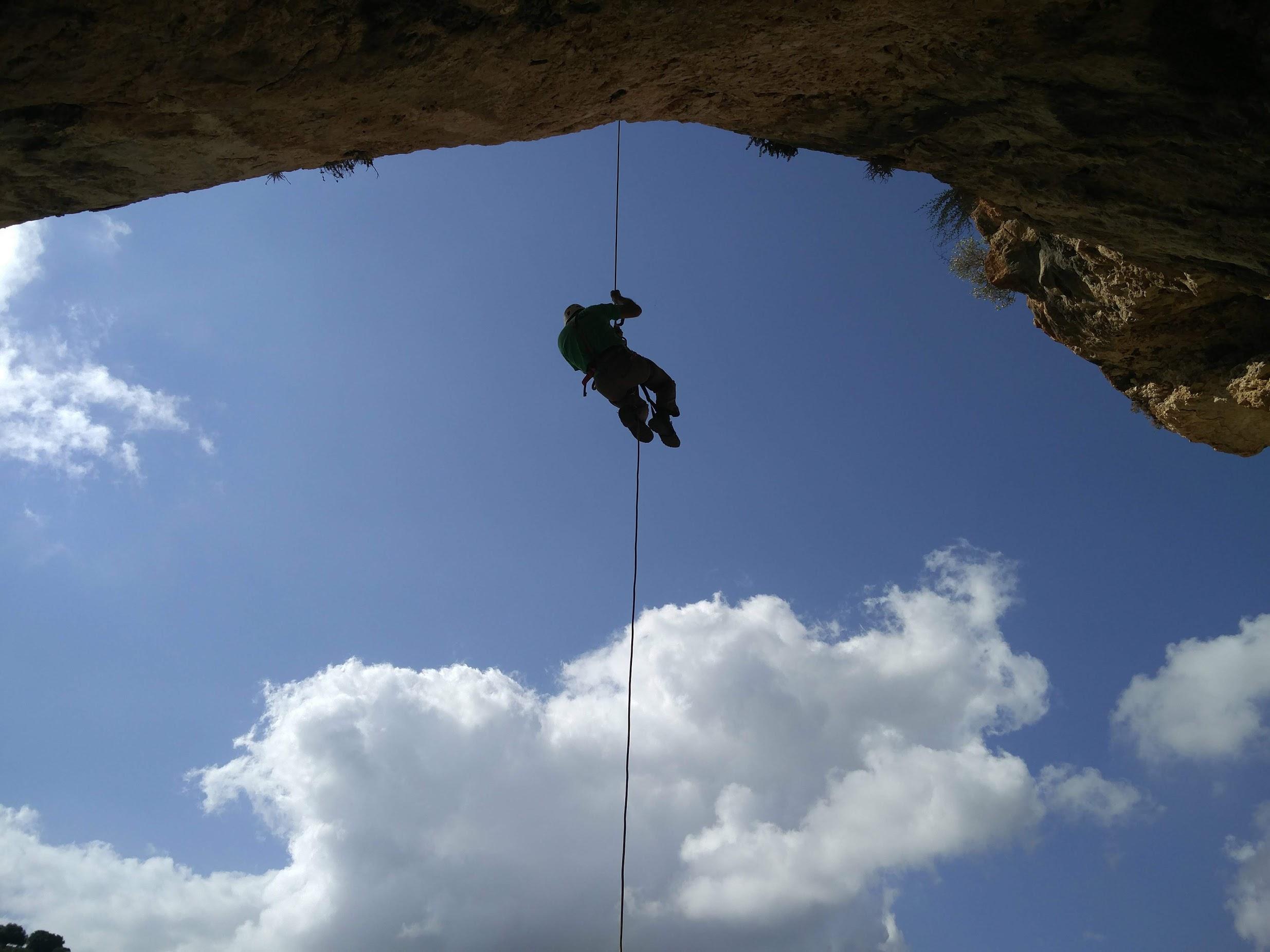קנקנים תמימים נמצאו במערה בגליל