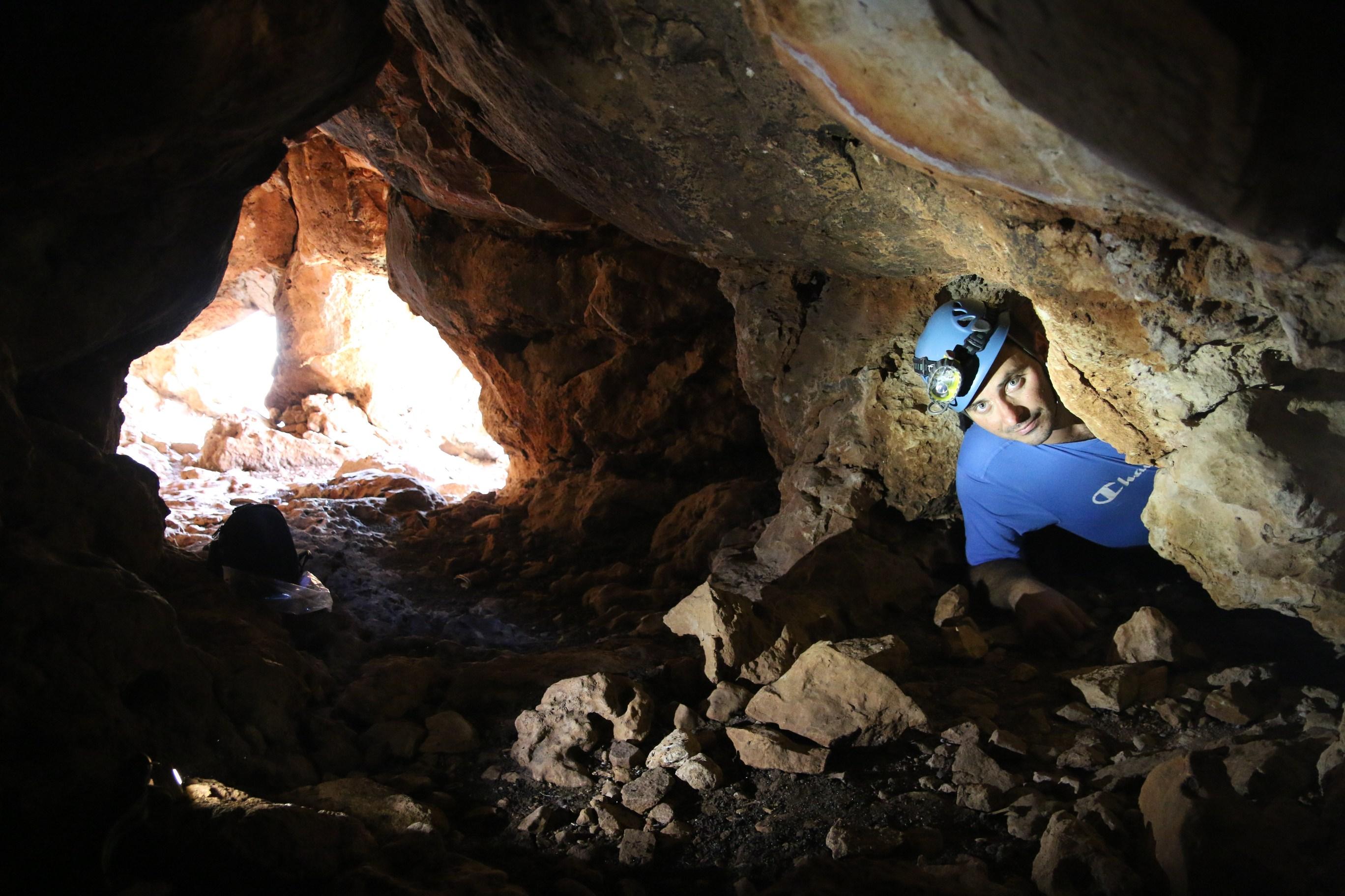 מחילה פנימית בין פתחיה הרבים של המערה