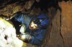 מעבר צר ביןסלעים קרוסים - סוג המעברים הנפוץ במערה