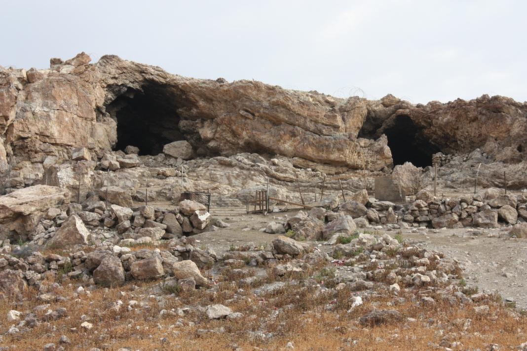 פתחי המערה - נראים למרחוק