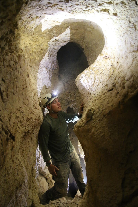 תקרה מעוגלחת וקירות מוחלקים בבחלקה העליון של המערה