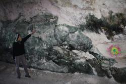 צנפות על מדף במרכז המערה
