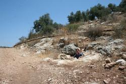 פתח המערה בטרשים שלצד דרך העפר