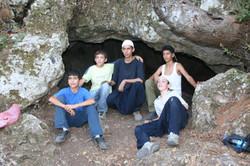 נערים תושבי פקיעין בכניסה למערה ירוקה