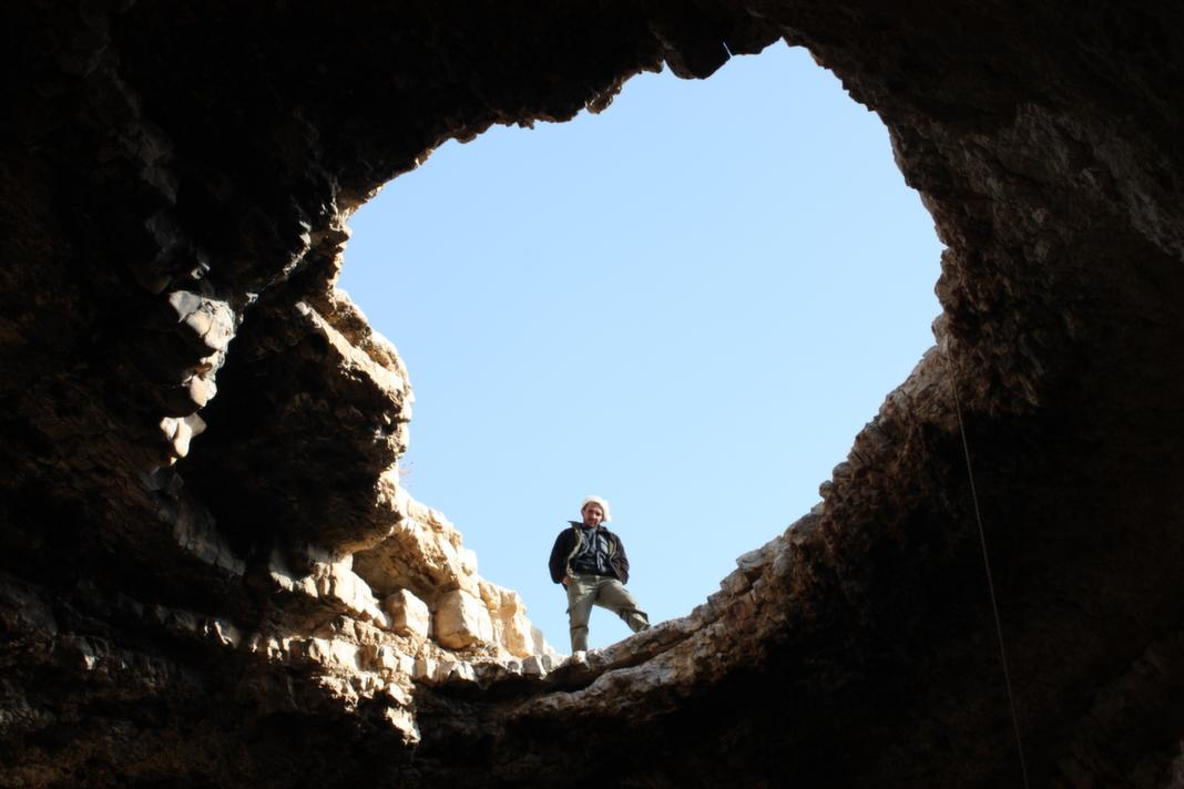 מוחמד ג'הלין בפתח המערה