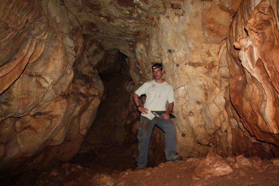 חלל מוארך שדפנותיו מכוסות משקעי מערות