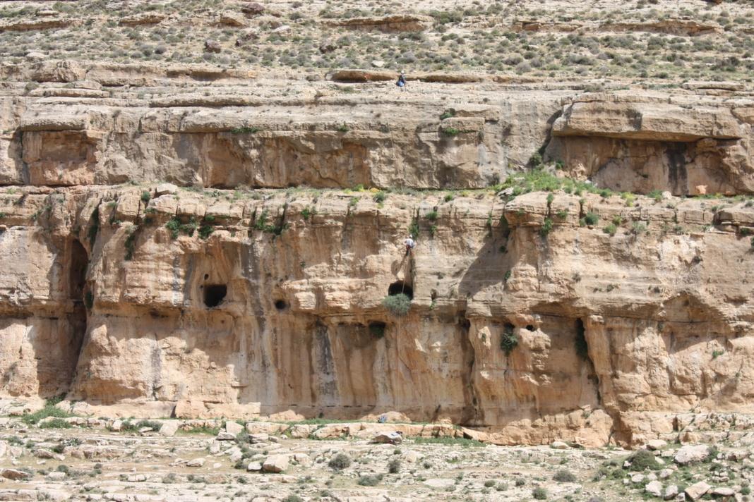 פתח המערה הפעור בגובה המצוק