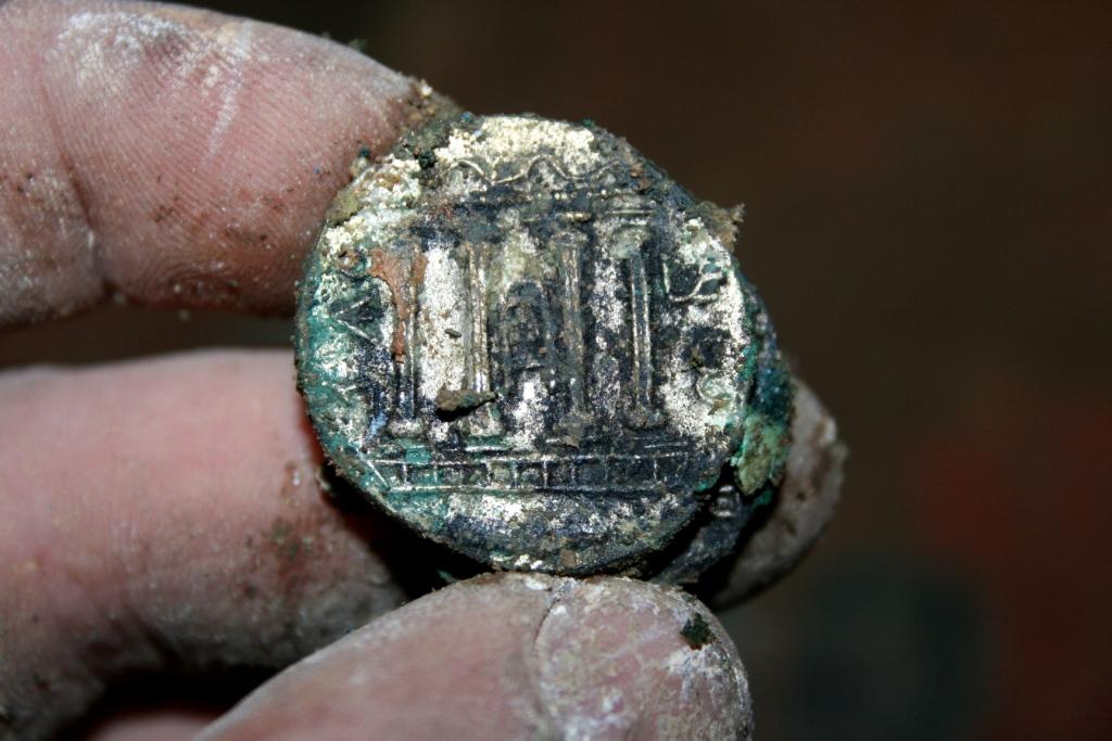 מטבע כסף מסוג סלע עם גילוי