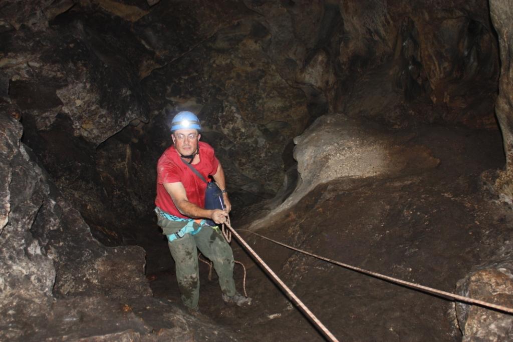 פרופ' בועז זיסו בטיפוס מקרקעית הפיר שבפנים המערה