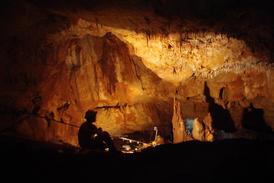 אולם המערה