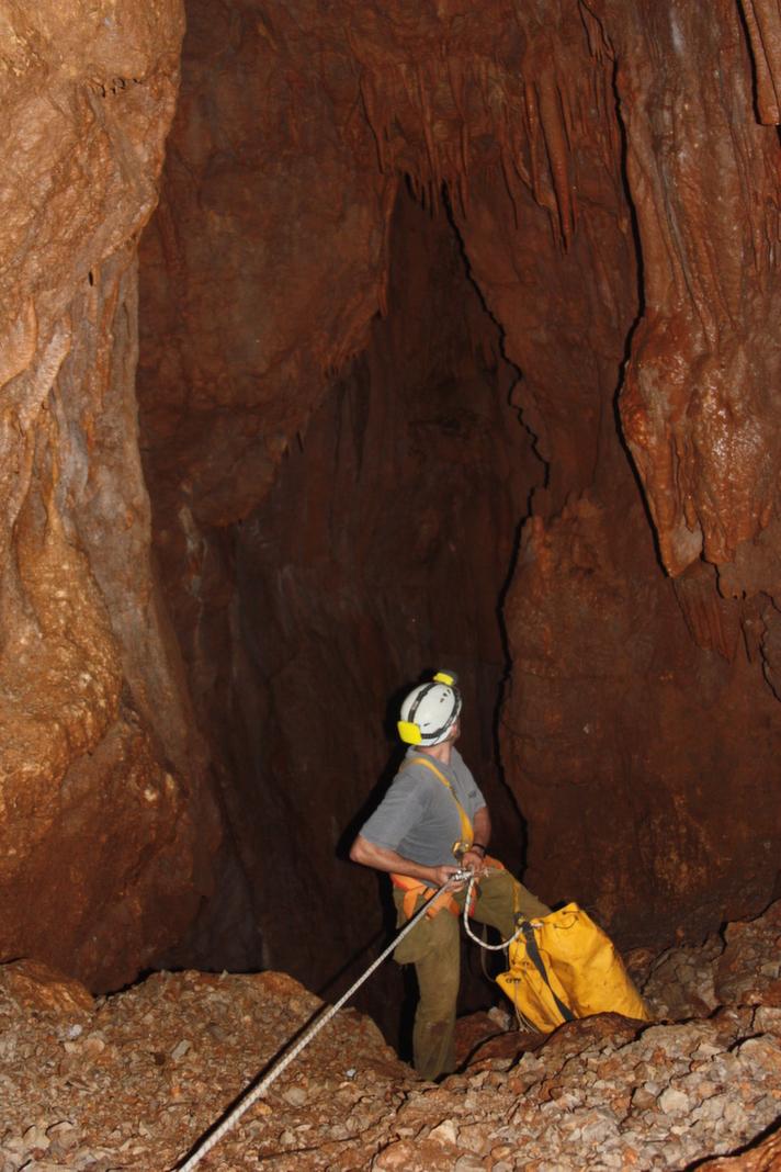 ירידה משופעת במרחב הכניסה למערה