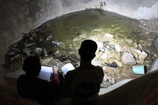 בור מים אליו מתחברת המערה